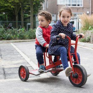 voorschool buiten fietsen samen